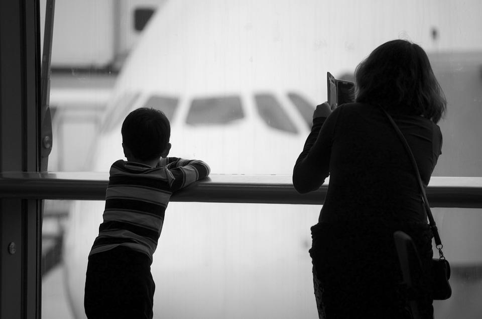 До скольки лет дети летают на самолете бесплатно